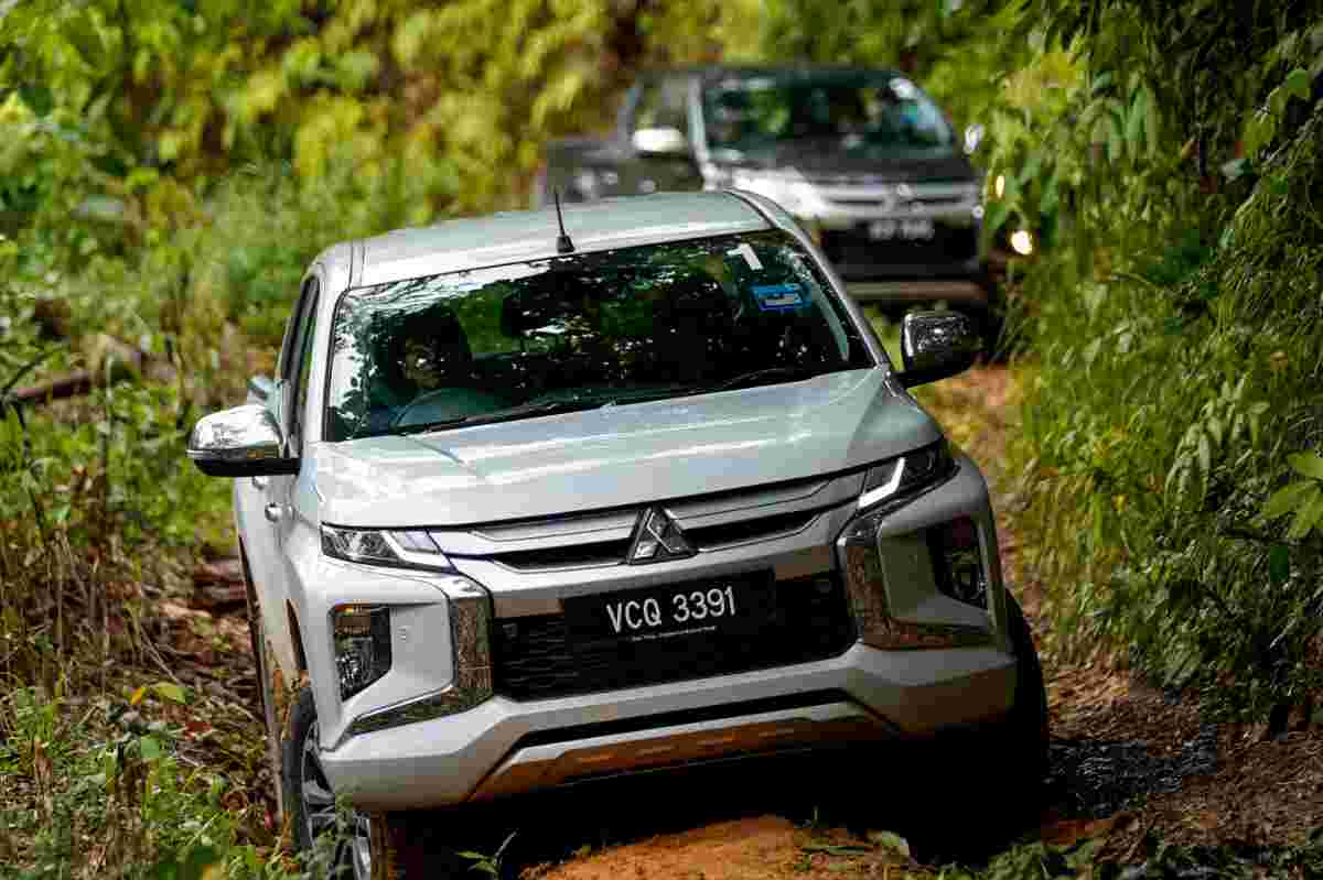 Honda Civic vs Mitsubishi Triton – Which is easier to clear a tight U-turn?