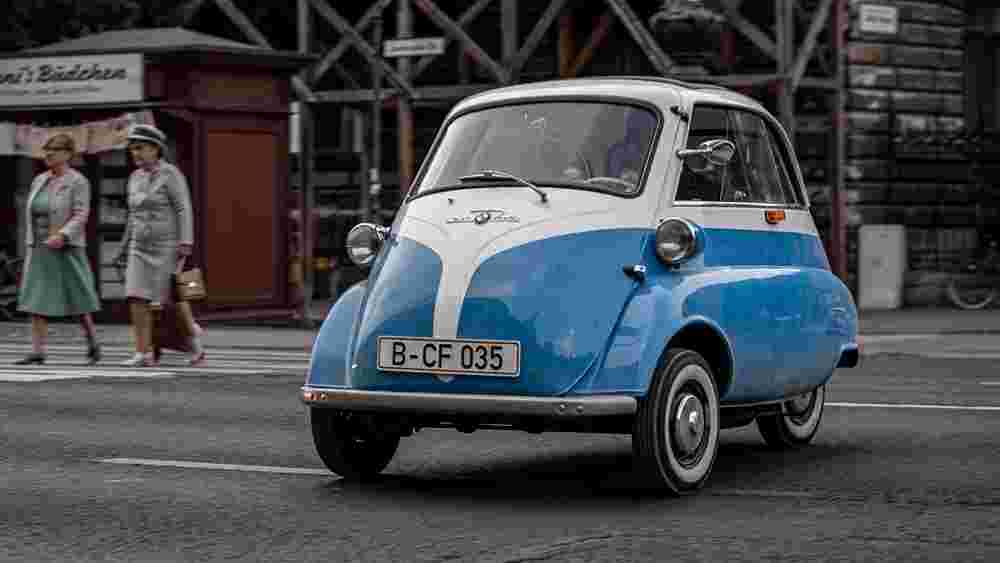 Video: BMW Isetta vs Berlin Wall