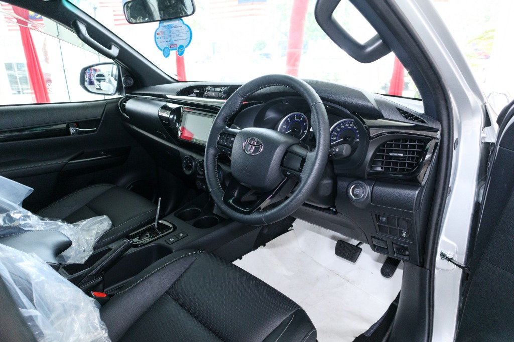 2018 Toyota Hilux Double Cab 2.4 L-Edition AT 4x4 Interior 002