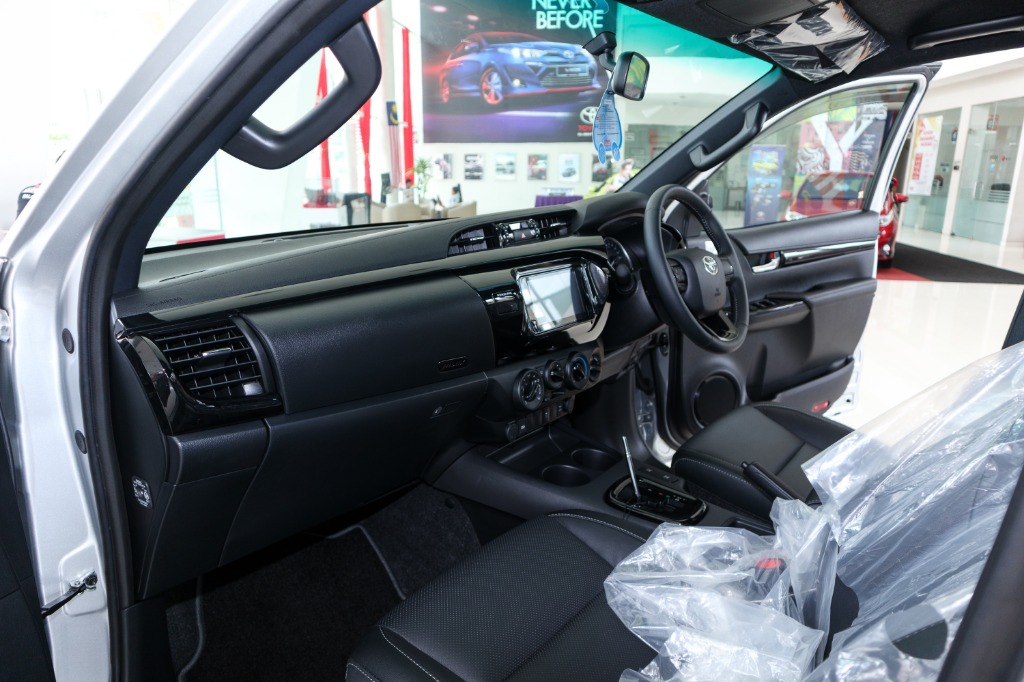 2018 Toyota Hilux Double Cab 2.4 L-Edition AT 4x4 Interior 003